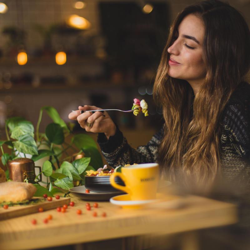 dieta intuicyjna młoda kobieta jedząca zdrowy lunch
